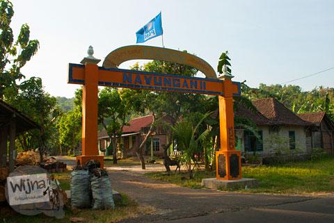 Gapura masuk ke dusun Nawungan II, Panggang, Gunungkidul yang berdekatan dengan galeri seni.