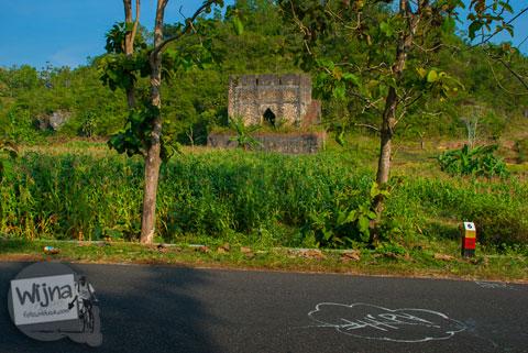 Tobong pembakaran gamping yang terbengkalai di sepanjang Tanjakan Siluk kecamatan Panggang, Gunungkidul.