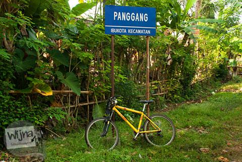 Papan jalan kecamatan Panggang yang rawan dicuri.