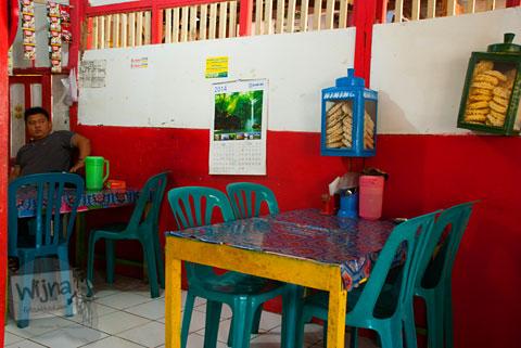 Suasana di dalam Warung Padang di desa Giriharjo, Panggang, Gunungkidul.