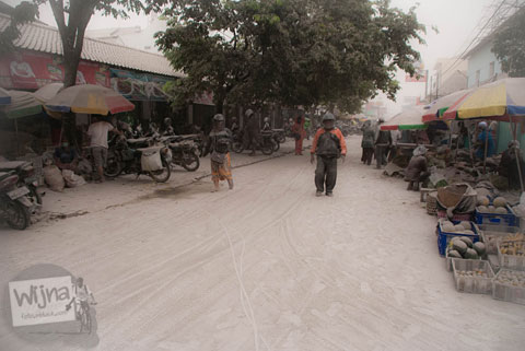 Aktivitas di Pasar Kranggan saat abu vulkanik erupsi Gunung Kelud melanda Jogja tahun 2014