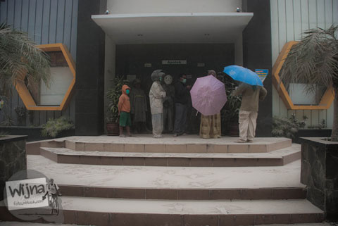 Antrian masker di Apotik UGM saat abu vulkanik erupsi Gunung Kelud melanda Jogja tahun 2014