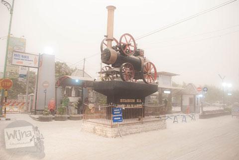 lokomotif uap di depan Stasiun Tugu saat abu vulkanik erupsi Gunung Kelud melanda Jogja tahun 2014