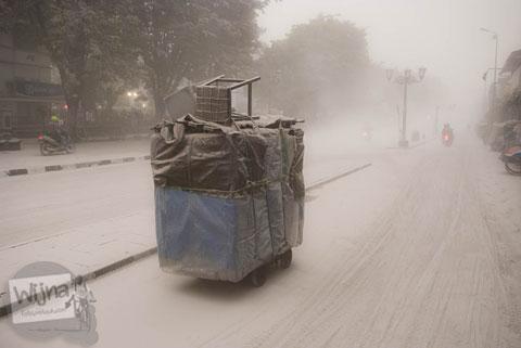 Aktivitas di jalan Malioboro saat abu vulkanik erupsi Gunung Kelud melanda Jogja tahun 2014