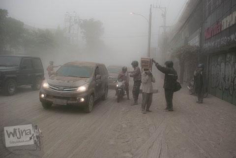 Toleransi warga saat abu vulkanik erupsi Gunung Kelud melanda Jogja tahun 2014
