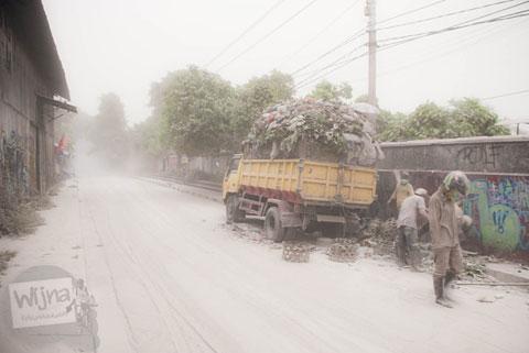 Truk pengangkut sampah saat abu vulkanik erupsi Gunung Kelud melanda Jogja tahun 2014