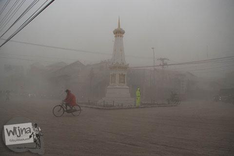 Tugu Pal Putih saat abu vulkanik erupsi Gunung Kelud melanda Jogja tahun 2014