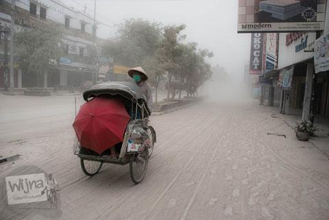 Tukang Becak beraktivitas narik saat abu vulkanik erupsi Gunung Kelud melanda Jogja tahun 2014