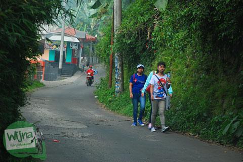 cewek-cewek muda jalan kaki ke Curug Cilember, Cisarua, Bogor tahun 2013