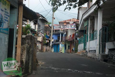 medan jalan kampung sempit menuju Curug Cilember, Cisarua, Bogor tahun 2013