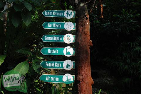 papan petunjuk fasilitas yang ada di Curug Cilember, Cisarua, Bogor tahun 2013