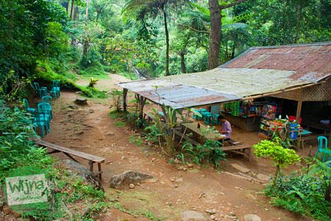 Warung-warungs sederhana di kawasan wisata Curug Cilember, Cisarua, Bogor tahun 2013