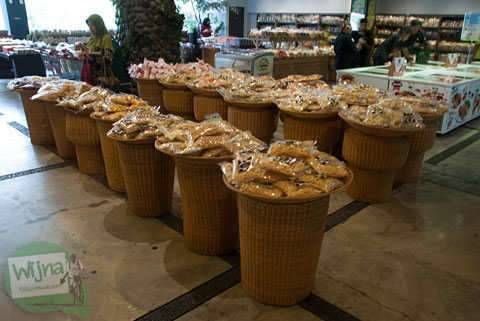 Jajanan khas Sunda dan Bogor dijual di Cimory Riverside, Cisarua, Bogor