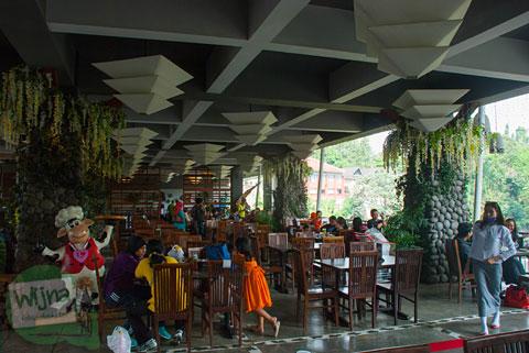 suasana bersantap di restoran Cimory Riverside, Cisarua, Bogor