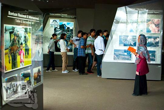 Pengunjung kebingungan menjelajah isi Museum Tsunami Aceh