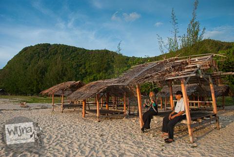 berugak bilik kayu gazebo beristirahat yang ada di Pantai Lhoknga, Aceh setelah Bencana Tsunami