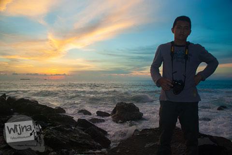 Tips memotret selfie dengan DSLR di malam hari tanpa bantuan lampu flash blitz
