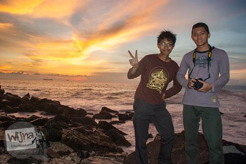 Tips memotret selfie dengan DSLR di malam hari dengan bantuan lampu flash blitz