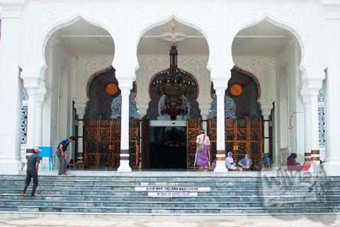Suasana di pelataran serambi Masjid Baiturrahman Aceh