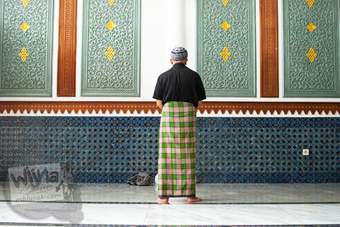 Jamaah pria salat sunnah di Masjid Baiturrahman Aceh