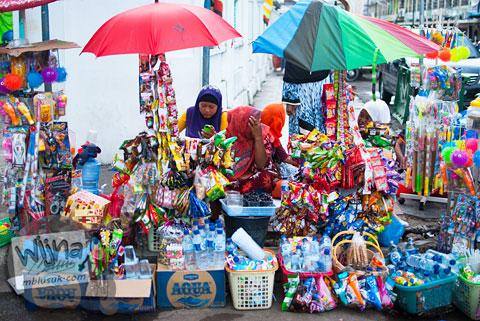 Pedagang kaki lima di luar Masjid Baiturrahman Aceh