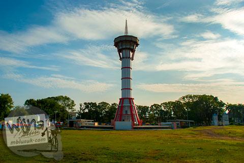 Menara pemantau tsunami di Lapangan Merdeka kota Bengkulu