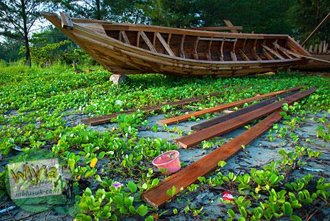 Foto pembuatan perahu nelayan khas Bengkulu