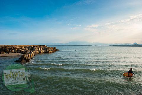 Lokasi olahraga selancar surfing di pantai Bengkulu