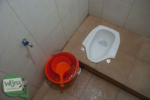 Toilet umum di Hotel Atsari, Parapat, Sumatra Utara pada tahun 2014