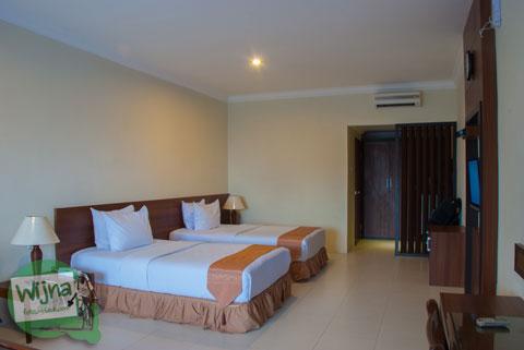 Suasana kamar Standard Twin Room di Hotel Atsari, Parapat, Sumatra Utara tahun 2014