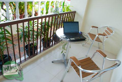 Suasana teras Hotel Atsari, Parapat, Sumatra Utara