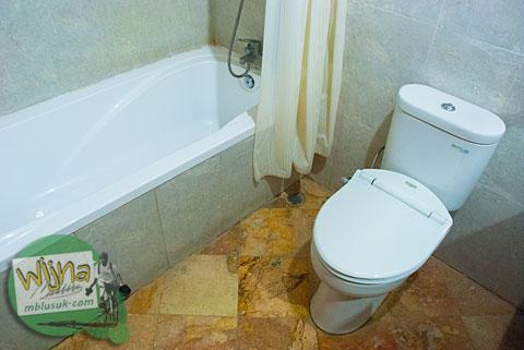 Kamar mandi di kamar Hotel Prasasti yang Paling Bagus se-Pacitan, Jawa Timur