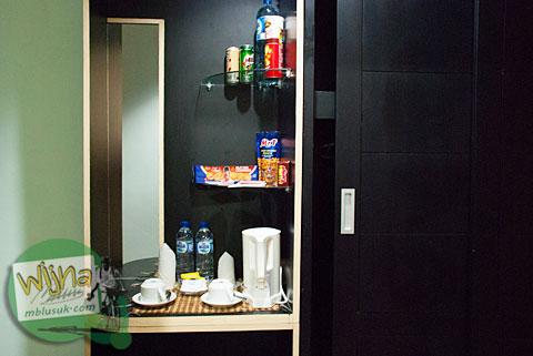 Aneka jajanan di minibar Hotel Prasasti yang Paling Bagus se-Pacitan, Jawa Timur