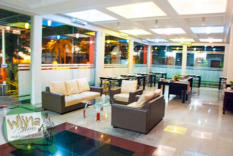 Ruang makan merangkap lobby di Hotel Prasasti yang Paling Bagus se-Pacitan, Jawa Timur
