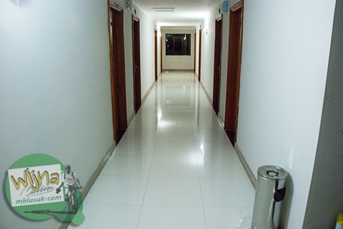 Lorong penghubung kamar di Hotel Prasasti yang Paling Bagus se-Pacitan, Jawa Timur