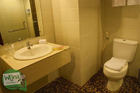kondisi toilet wc kamar mandi hotel d prima medan yang bersih wangi terang dan harum