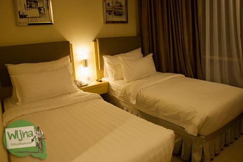 ranjang dan kasur spring bed empuk harum di hotel d prima atas stasiun Medan