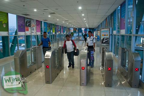 trik cara mengakali gerbang otomatis dan petugas jaga stasiun medan untuk naik kereta ars ke kualanamu tanpa bayar alias gratis