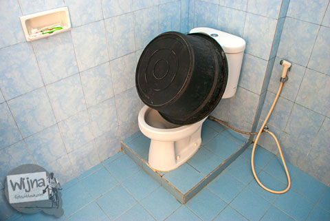 kamar mandi toilet di kamar hotel penginapan Rumoh PMI Aceh dilengkapi shower air panas