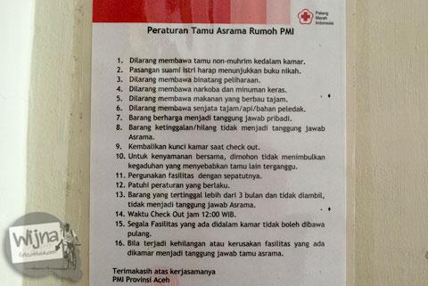 daftar larangan yang wajib ditaati tamu yang dipajang di dalam kamar hotel Rumoh PMI di pusat kota Banda Aceh