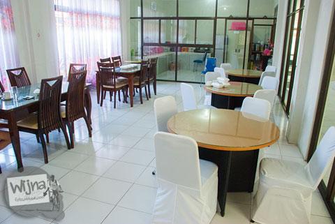 Suasana dapur sekaligus ruang makan tamu di hotel murah Rumoh PMI Aceh yang mudah dijangkau angkutan umum