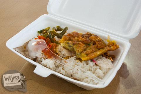sarapan breakfast gratis ala hotel penginapan murah Rumoh PMI Aceh berupa nasi dengan lauk khas Aceh
