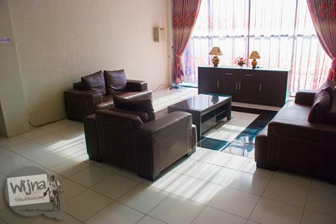 tampilan lobby ruang tunggu tamu di hotel murah syariah Rumoh PMI di kota Banda Aceh