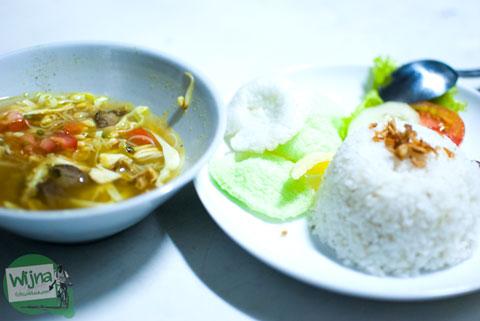 rasa dan harga seporsi soto ayam yang dibeli di gerbong restorasi kereta api senja utama yogya