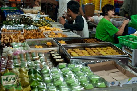suasana pasar kue subuh di pasar senen jakarta