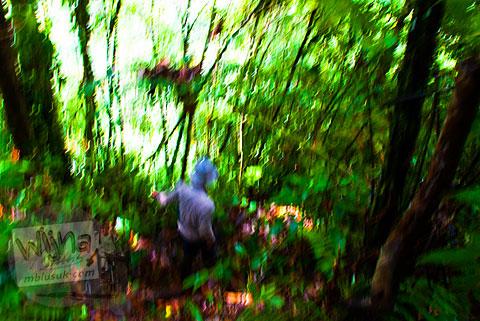 Turun tebing menuju Air Terjun Pendung Mudik di Kerinci, Jambi