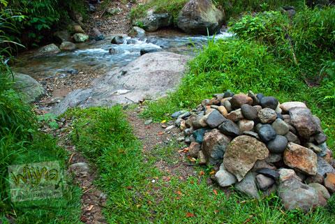 Menyeberang sungai menuju Air Terjun Pendung, Kerinci, Jambi