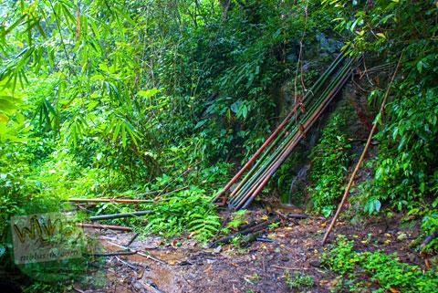 Cabang jalan buntu di Air Terjun Pendung, Kerinci, Jambi
