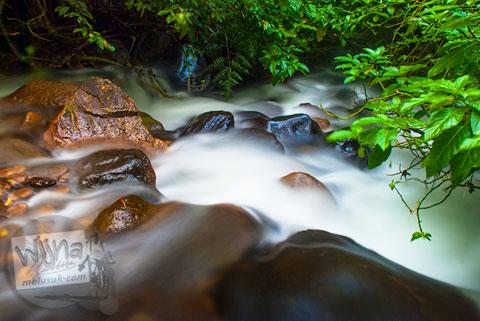 Foto slow speed sungai di Air Terjun Pendung, Kerinci, Jambi