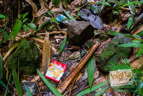 Sampah-sampah berserakan di sepanjang Air Terjun Pendung, Kerinci, Jambi